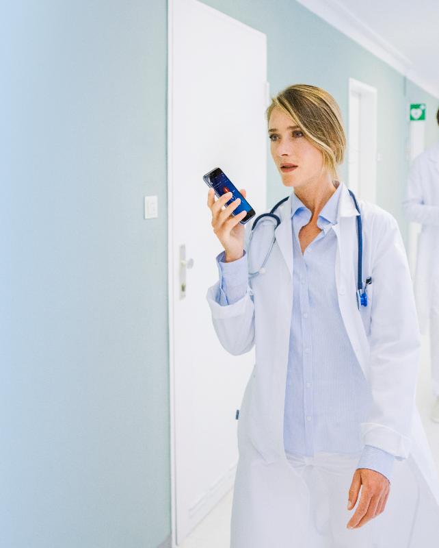 Ärztin diktiert in Diktiergerät